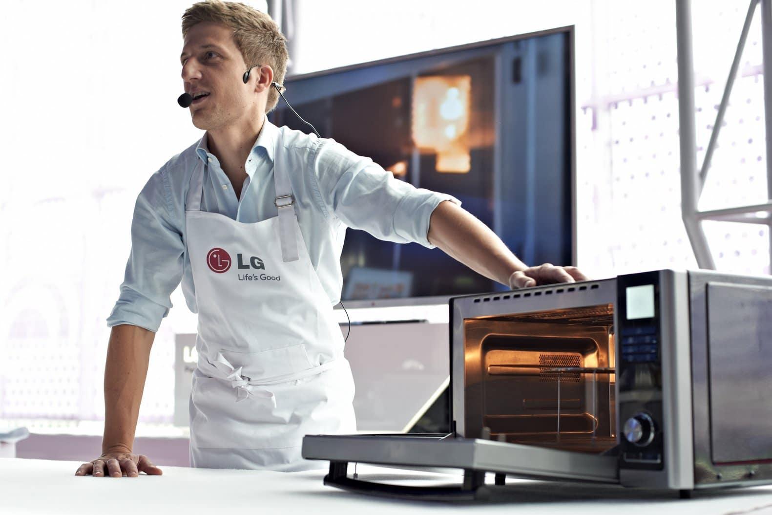 Urządzenie typu 3-w-1, łączy w sobie możliwości i zalety tradycyjnego piekarnika, kuchenki mikrofalowej oraz grilla węglowego