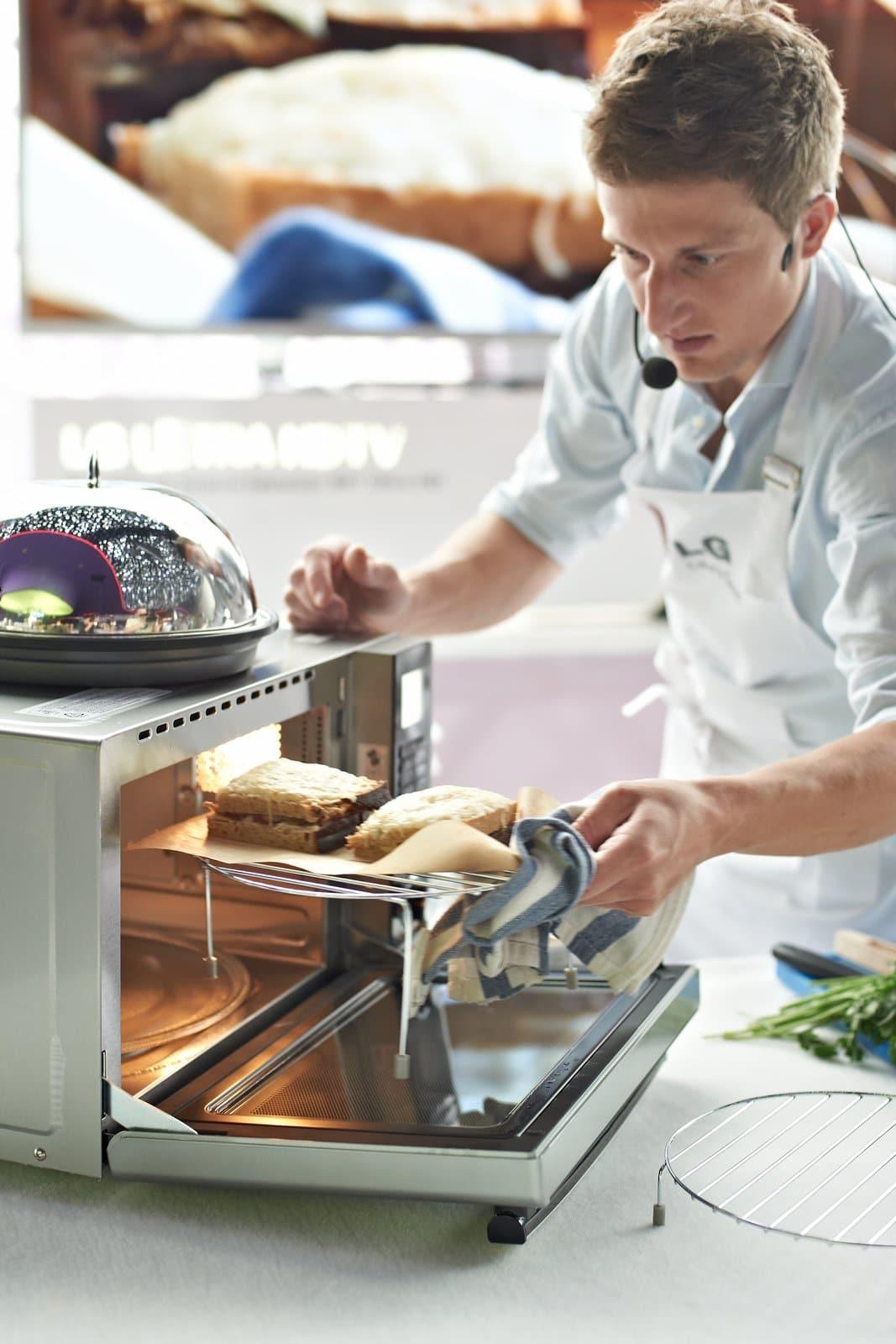 Specjalna grzałka Charcoal Lighting Heater zawiera wkład węglowy, zapewniający naturalny przepływ ciepła, które wnika głęboko do wnętrza produktów spożywczych.
