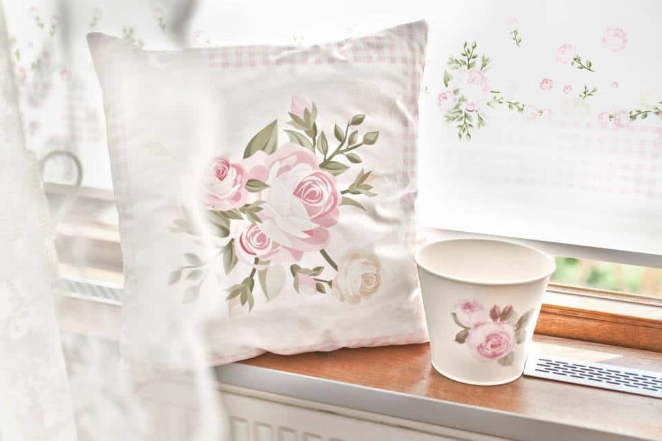 Shabby chic lubi wzory kwiatowe na pojemniczkach, pudełeczkach i tekstyliach