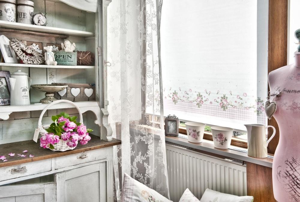 W stylu shabby chic królują stylizowane na stare meble i dodatki z drewna – farba jest wytarta i wyblakła