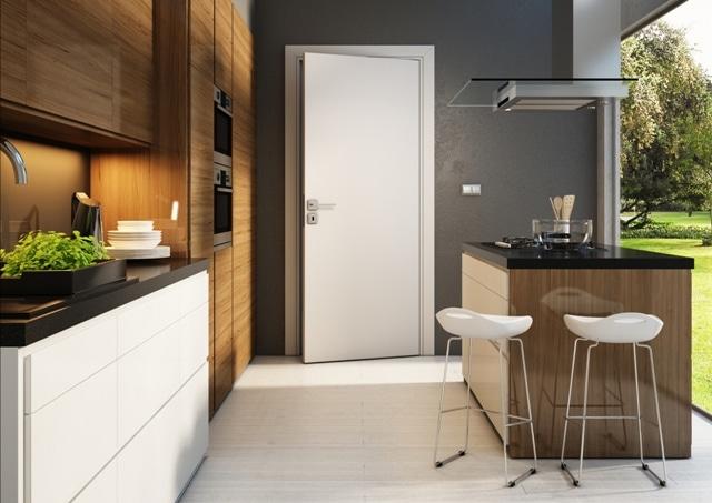 Białe drzwi pasują do kuchni z jasną podłogą i np. szarymi ścianami. Dodają wnętrzu przestronności
