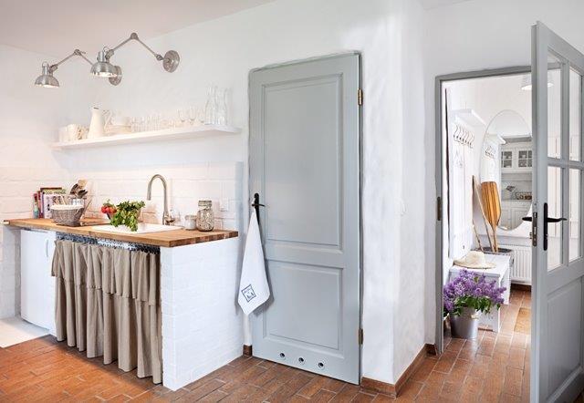 Kuchnia oświetlona lampami biurkowymi zamontowanymi na scianie - Jola Skóra/MAKATA, stylizacja A&A Bath