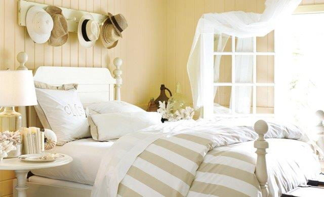 Piaskowe ściany i białe tkaniny- proste i spokojne połączenie; fot. Benjamin Moore.
