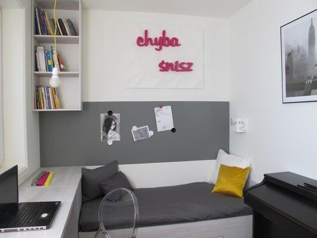 Pomysł na urządzenie małego pokoju. Na ścianie pas pomalowany farbą magnetyczną