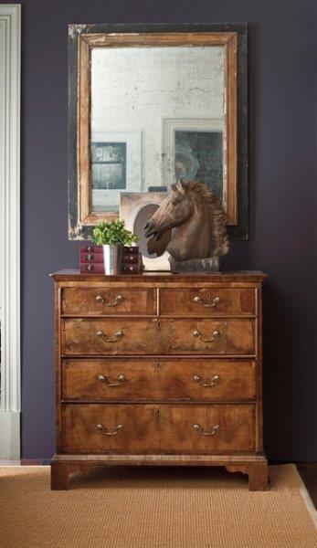 Na tle ciemnego koloru z palety fioletów doskonale prezentuje sie drewno. Fot. Benjamin Moore