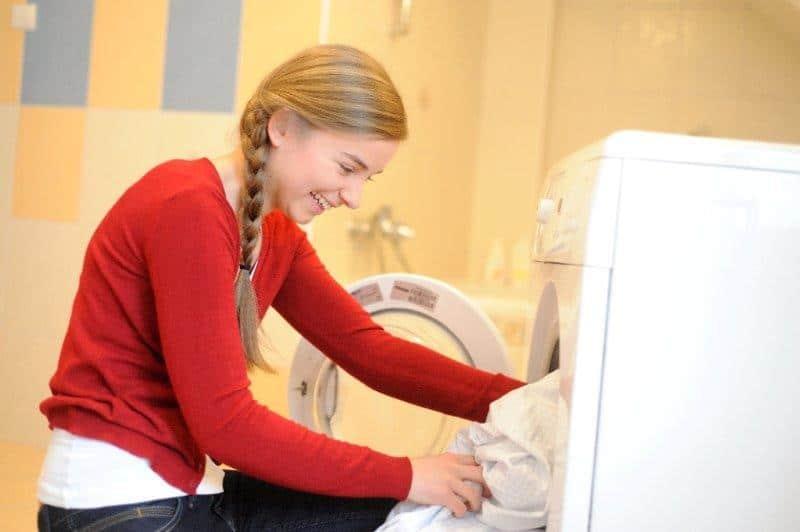 Pamiętajmy, by nie wkładać do pralki zbyt wielu rzeczy naraz. Fot.: UST-M