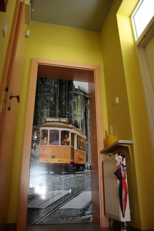 Fototapeta naklejona na drzwiach wejściowych. Projekt: Cat Inside Projektowanie Wnętrz