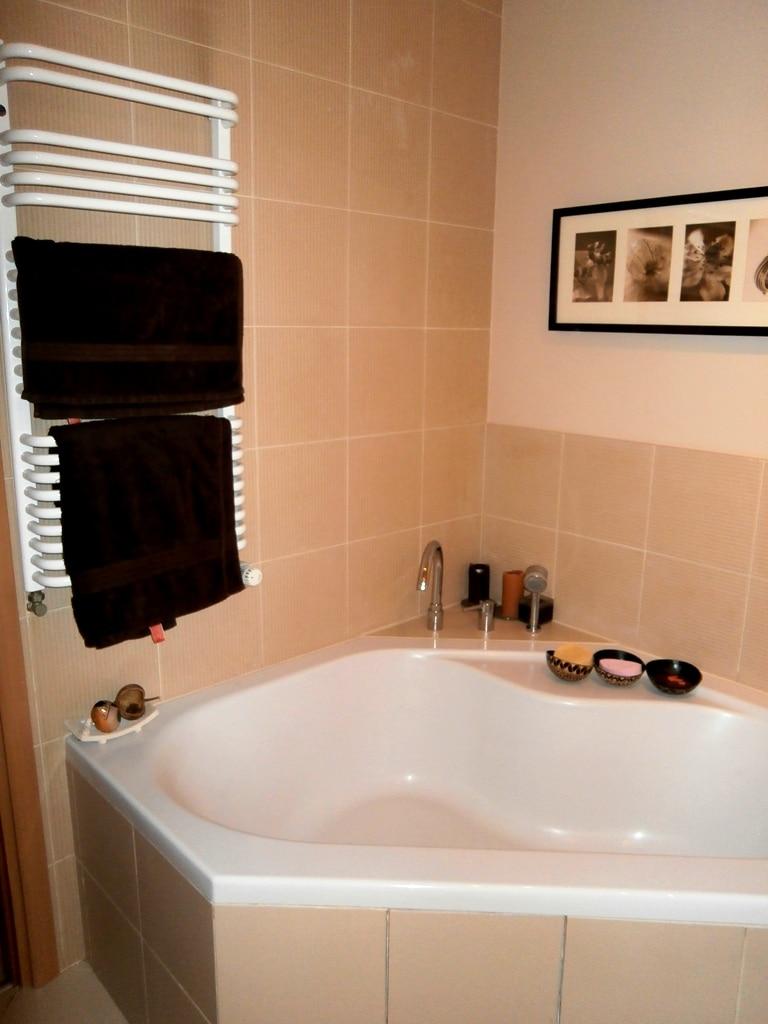 Łazienka główna z wanną - właściciele nie pokazywali tej części łazienki - my uznaliśmy wygodna narożna wannę za warta pokazania