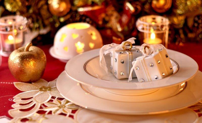 Imitacja prezencików jako dekoracja talerzy