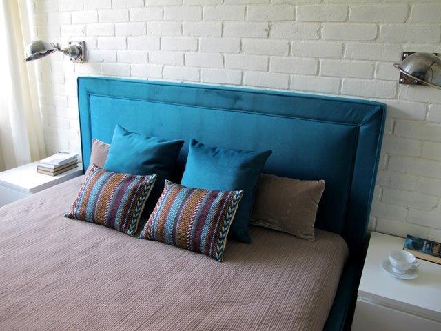 Metamorfoza Benjamin Moore - turkusowe łóżko nadające wnętrzu ciekawy charakter