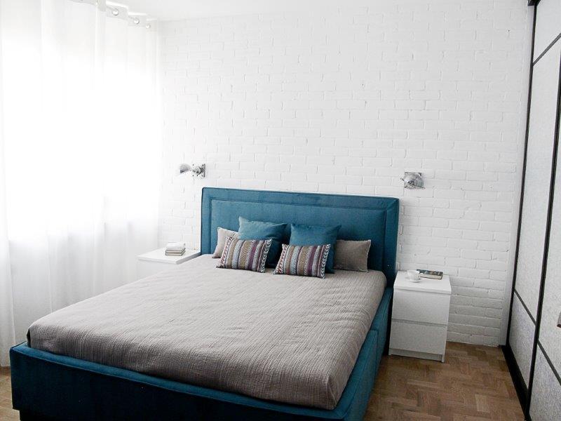 Metamorfoza Benjamin Moore - białe zasłony rozpraszają światło, dzięki czemu cały pokój jest równomiernie oświetlony