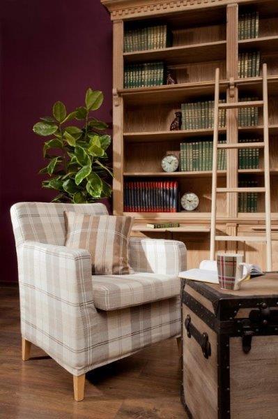 Szaro-beżowa krata z kolekcji Edynburg www.dekoria.pl pasuje do koloru drewnianych mebli