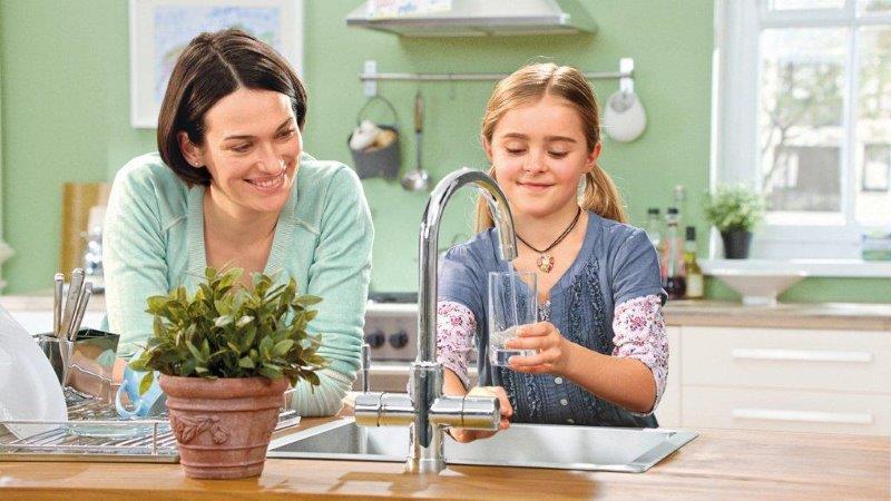 Z kranu leci przefiltrowana woda gotowa do picia; fot. Brita