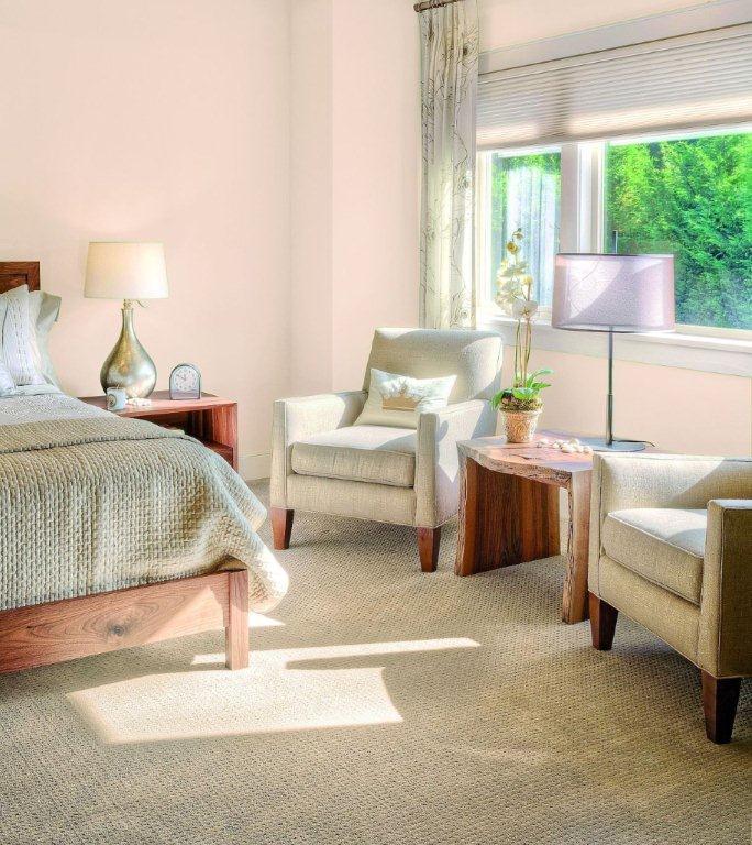 Delikatna, pastelowa sypialnia pomalowana farbami Śnieżka Barwy Natury