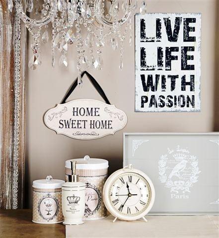 Romantyczny klimat wnętrza uzyskany dzięki pastelowym kolorom i dodatkom z salonu Empik