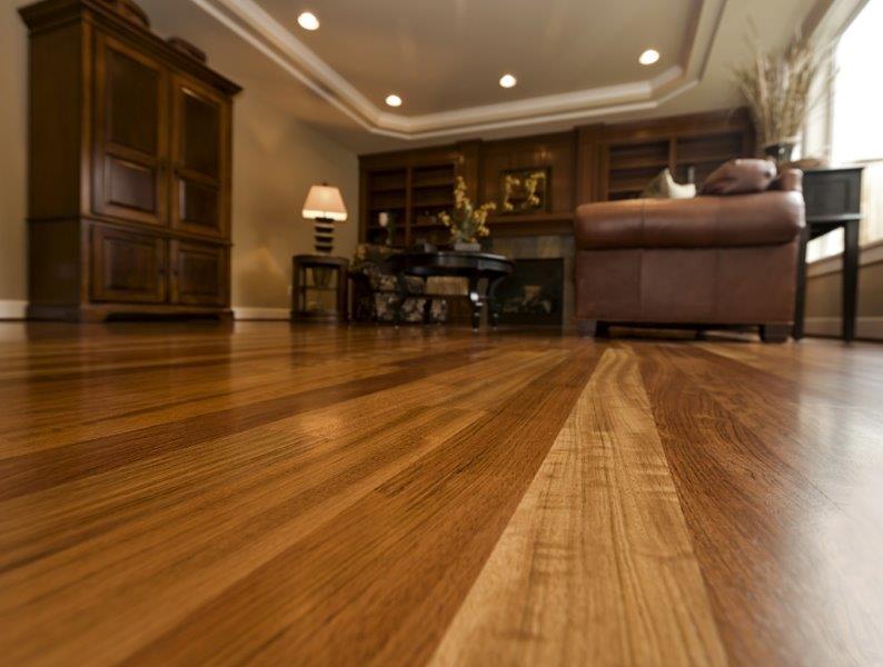 zabezpieczanie desek podłogowych lakierem daje świetne rezultaty - fot. Domalux