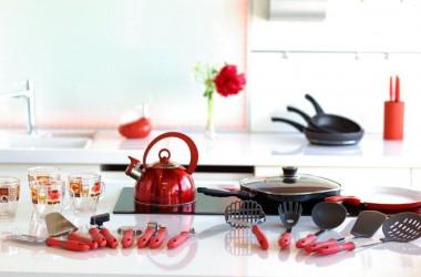 Kolorowe naczynia i dodatki kuchenne