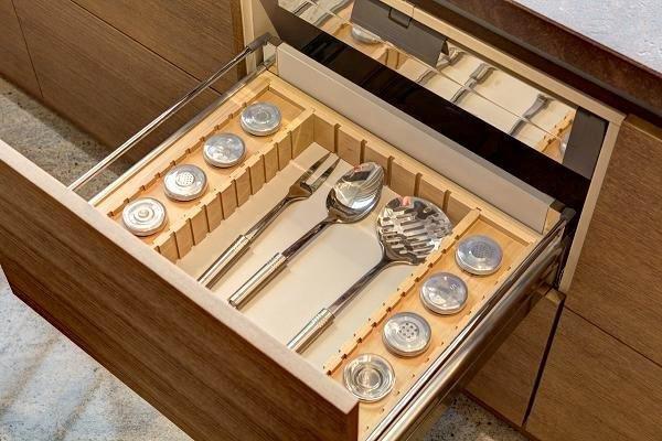 Sprytne wyposażenie szuflad kuchennych; fot. Wirchomski