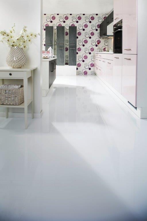 Białe błyszczące panele laminowane Wineo w kuchni