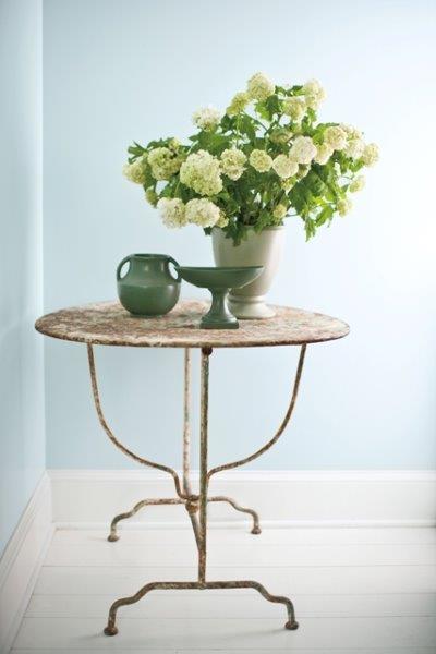 Drewniana podłoga pomalowana biała farba Benjamin Moore