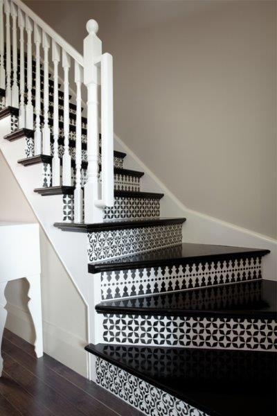 Schody drewniane odnowione farbami Benjamin Moore - wzór od szablonu