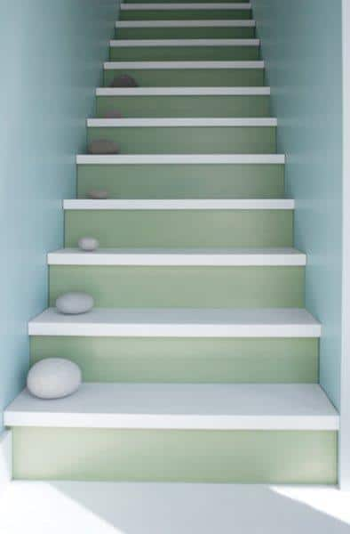 Drewniane schody pomalowane farbami Benjamin Moore w dwóch kolorach