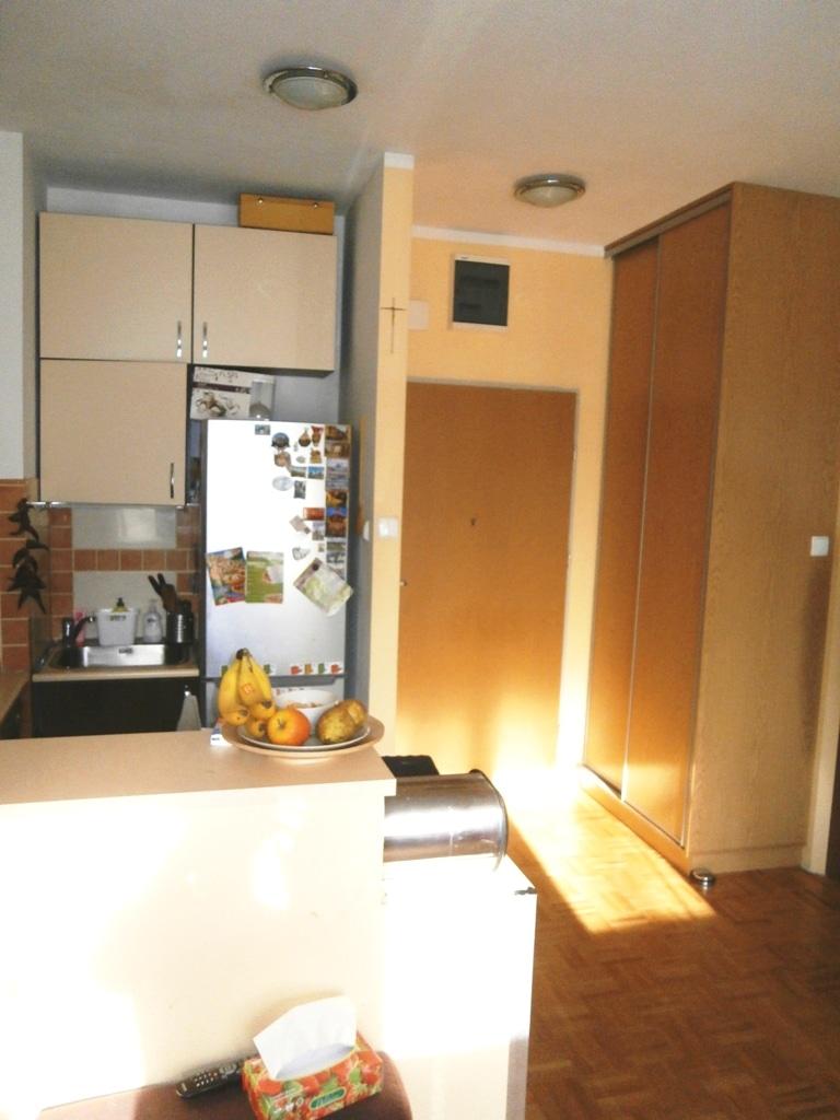 Przed zmianami - widok z pokoju na przedpokój z kuchnię