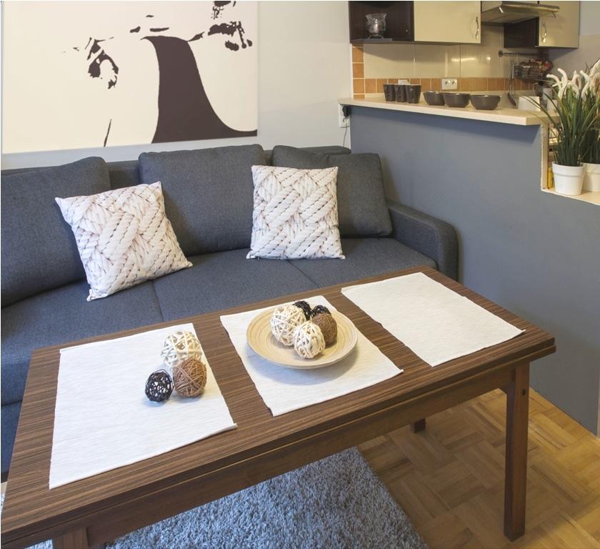 Ciemnoszary kolor na barku oddzielającym kuchnię, jasne dodatki, aranżacja stolika kawowego... Tania metamorfoza z dobrym efektem