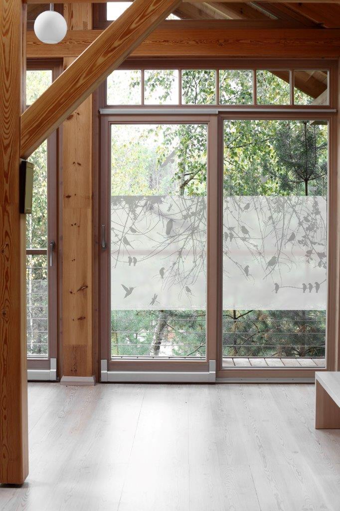 Okna balkonowe przesłoniete folią we wzór gałązek