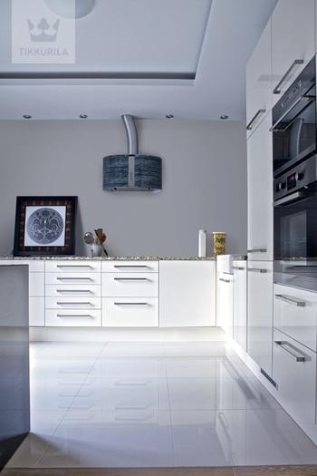 Kuchnia niczym laboratorium - białe meble i szare ściany (Tikkurila)