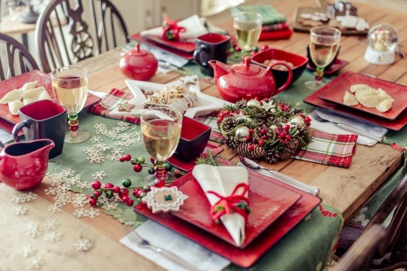 Czeriweń i zieleń na świątecznym stole - naczynia Home & You