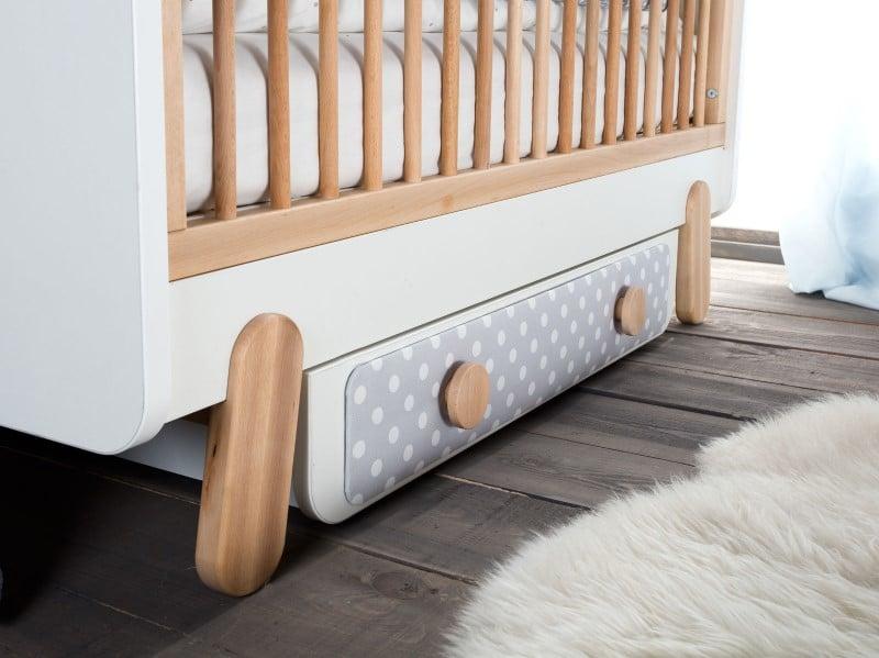 Meble dziecięce Pinio - łóżeczko z tapicerowanym panelem