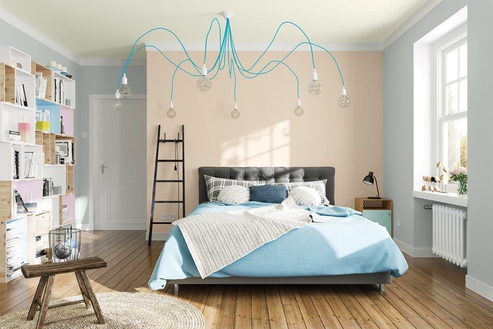Spokój niebieskiego koloru jest doskonały do sypialni; sciany malowane farbami MAGNAT CERAMIC w odcieniach: