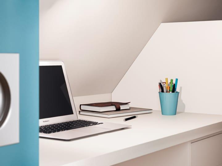 Małe biurko za drzwiami przesuwanymi