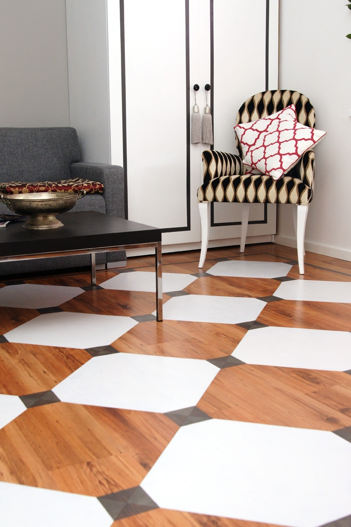 Elegancki salonik ze stylowa podłogą