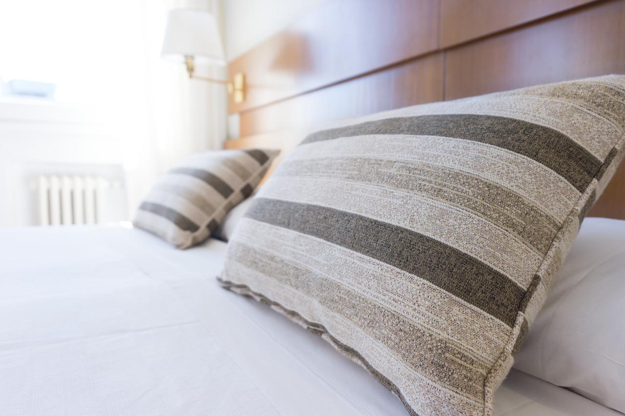 Poduszki sa niezbędne by sypilania była przytulna Fot. pl.sealy.com