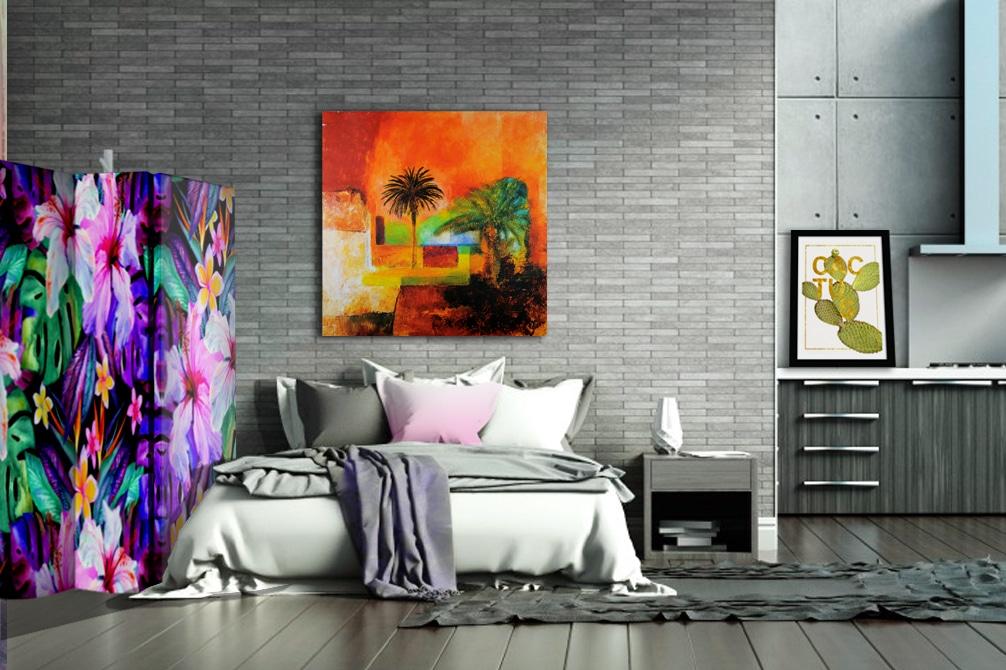 Sypialnia z tropikalnymi dekoracjami i parawanem z Feeby.pl