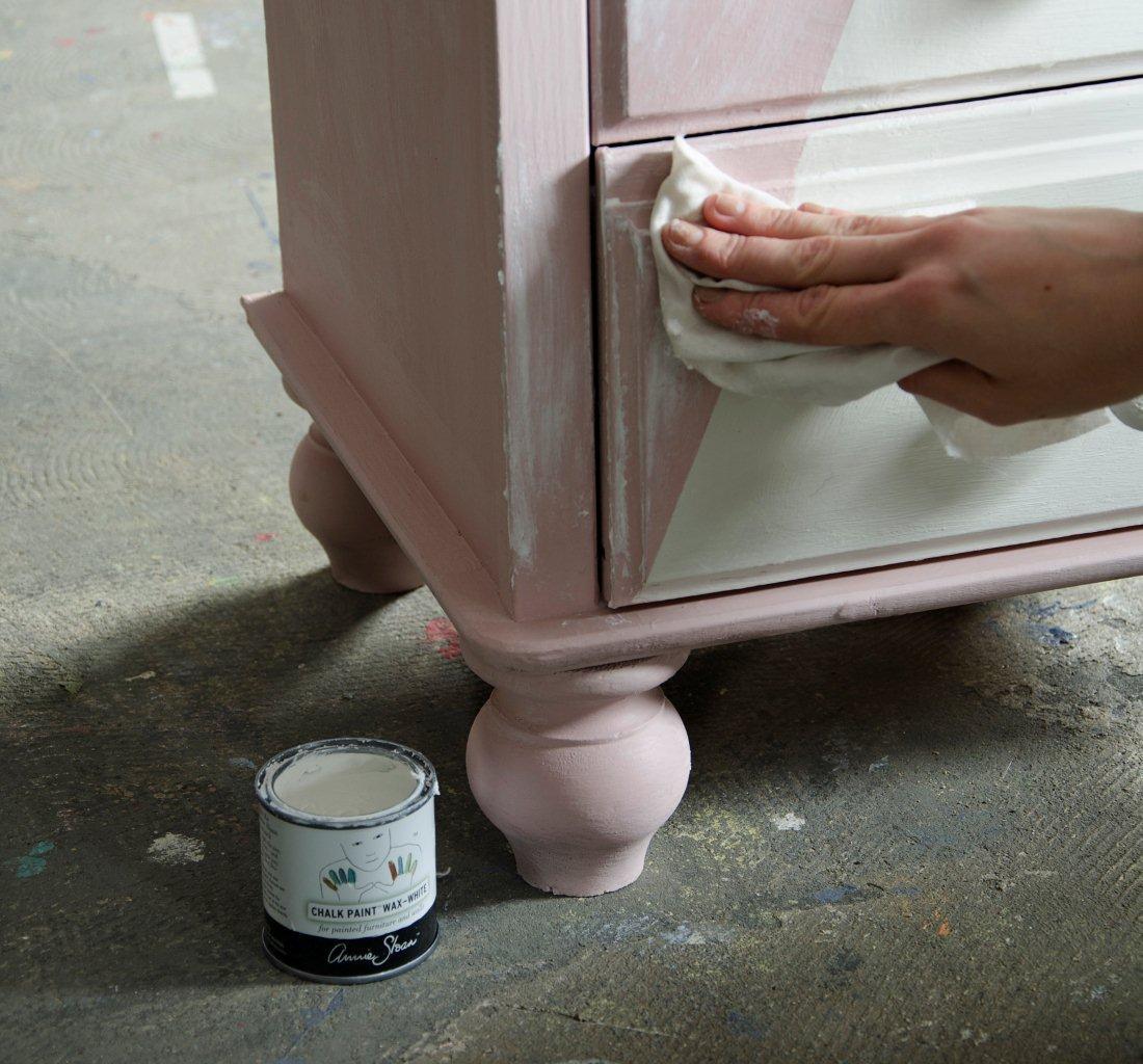 Woskowanie powierzchni białym woskiem