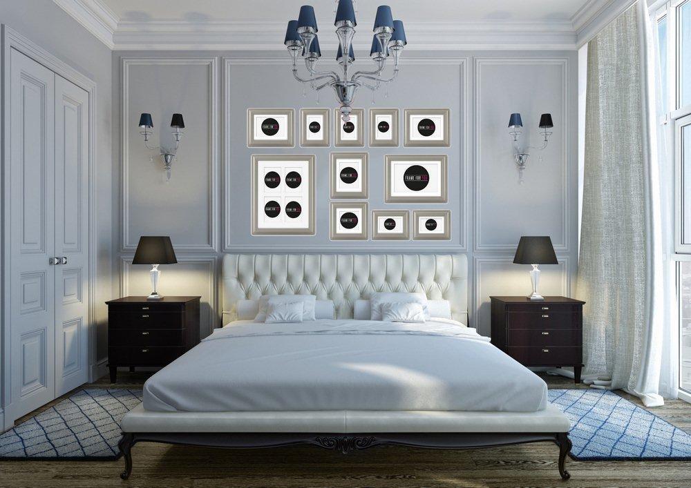 Sypialnia w stylu glamour  - ścianę za łózkiem dekorują ramki Feeby.pl