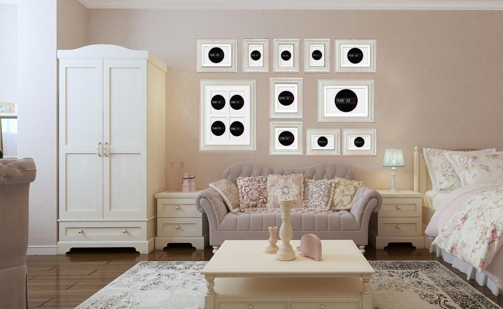 Salon w stylu francuskim z ramkami bielonymi - różnej wielkości, ale uporządkowane; Feeby.pl