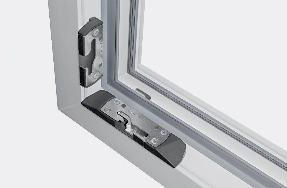 Specjalne dwustopniowe zaczepy powodują, że okno w pozycji wietrzenia (przez 6-milimetrową szczelinę na całym obwodzie okna) jest bezpiecznie zaryglowane.
