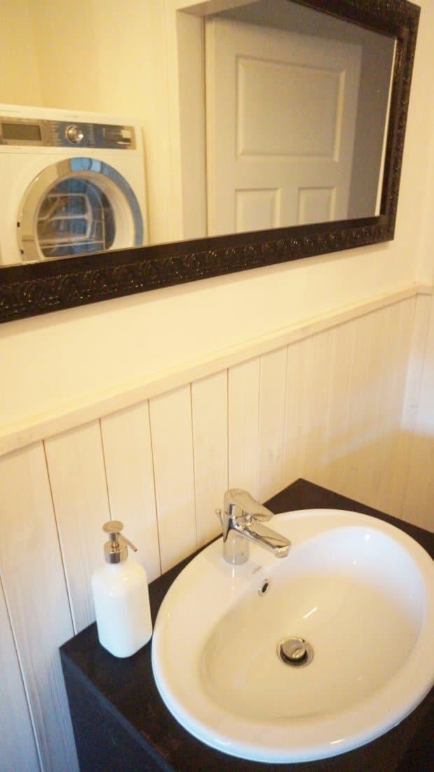 BIelona boazeria i ciemne dodatki nadają charakter łazience