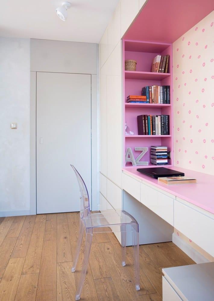 Projekt Pracownia KAZA - zabudowa w różowej sypialni córki