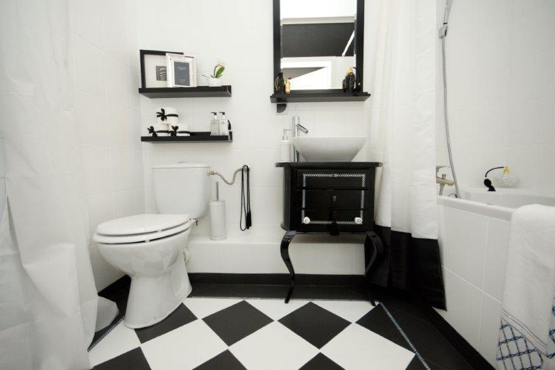 czarno-biała łazienka po metamorfozie