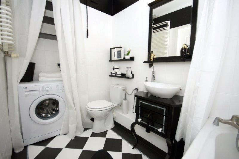 W nowej łazience pralka jest zasłaniana zasłoną prysznicową