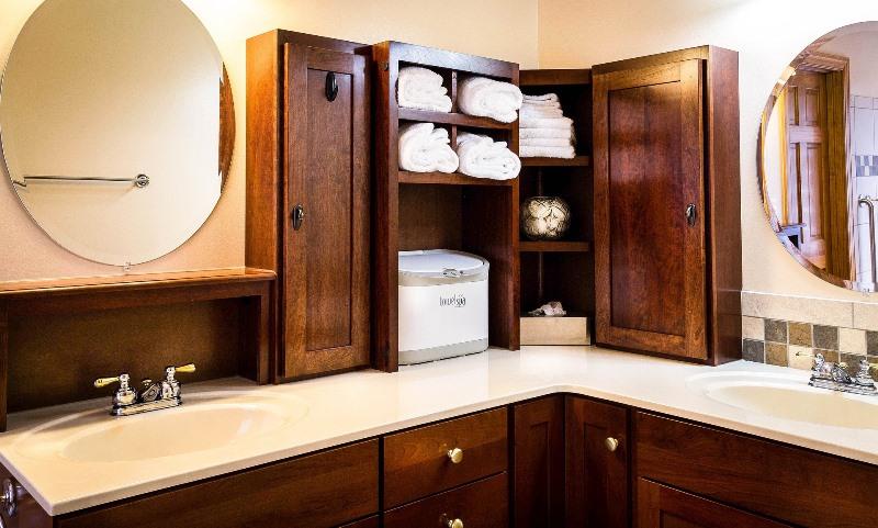 Przytulna łazienka pełna drewna