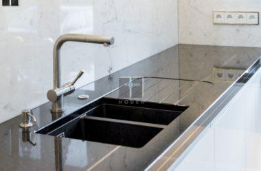 Granit czy marmur – jaki blat do kuchni?