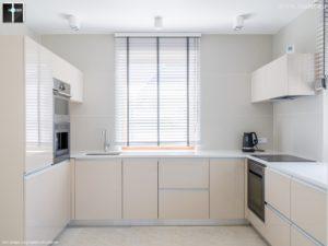 Granit w kuchni - jasny blat wykonany z granitu - firma Hoder.eu
