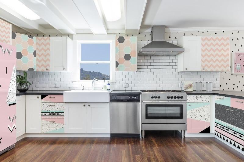BIała kuchnia w różowymi akcentami - PIxers