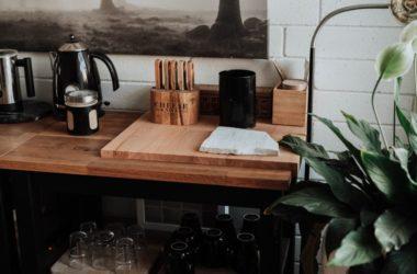 Biała kuchnia z drewnianym blatem – aranżacje